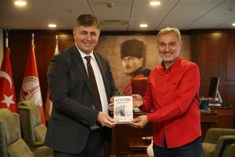 Ahmet Diker'in yeni kitabı 'Atatürk Karşıyaka'da' raflarda yerini aldı
