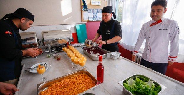 Aşçılığın püf noktalarını öğrenip mezun olmadan iş teklifi alıyorlar