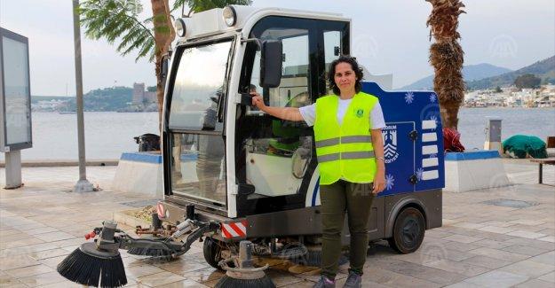 Bodrum sokaklarının temizliği için direksiyon sallıyor
