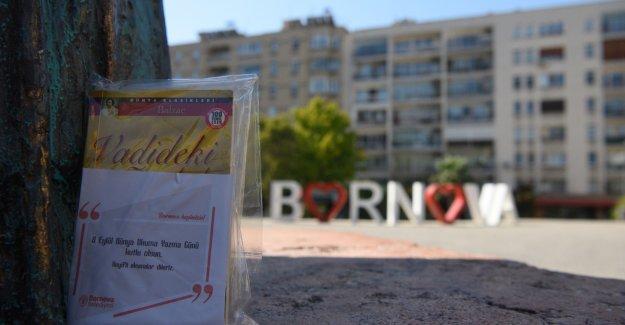 Bornova Belediyesi vatandaşlara kitap hediye etti