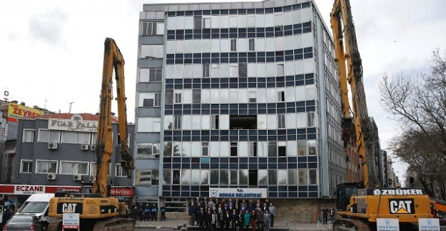 Cam binanın yıkımı başladı