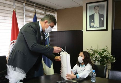 Duyarlı minikler Başkan Tugay'ı ziyaret etti