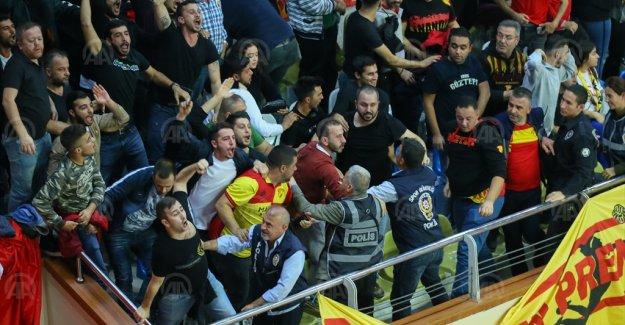 Göztepe-Karşıyaka voleybol maçında olaylar nedeniyle tribünlerin boşaltılmasına karar verildi