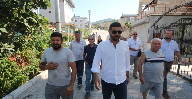 Halk adamı Fatih Gürbüz, Yeni Foça sahilinde yurttaşlarla bir araya geldi