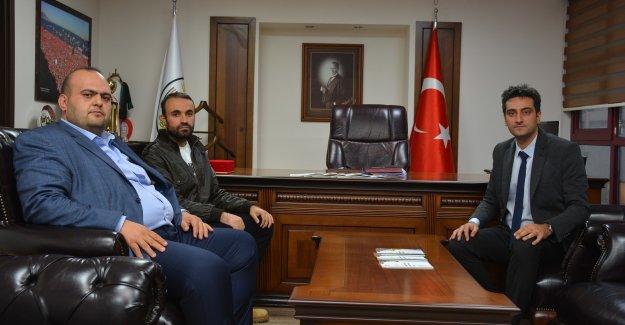 İzmir Barosu Yönetimi Gaziemir'de evlerinin duvarına nefret sözleri yazılan aileyi baro binasında misafir etti