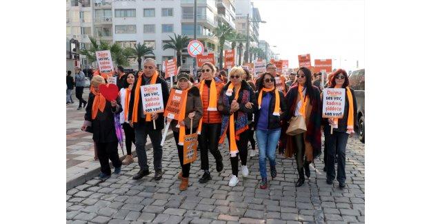 """İzmir'de kadına şiddete karşı """"Turuncu Yürüyüş"""" düzenlendi"""