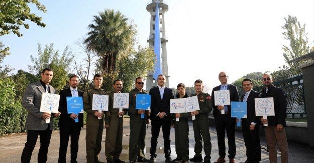 İzmir'de prostat kanseri farkındalığı için Paraşüt Kulesi'ne mavi kravat asıldı