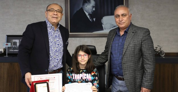 İZSİAD'tan Elanur Akıncı'ya eğitim hayatı boyunca burs