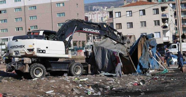 Karşıyaka'da yıkım operasyonu: Hurdacı çadırları kaldırıldı!