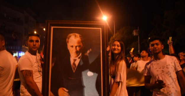Kemalpaşa'da 19 Mayıs Coşkusu Fener Alayı ile Sürdü