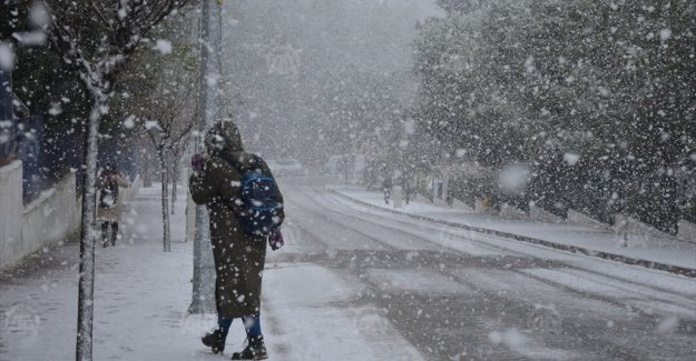 Manisa'da kar yağışı hayatı olumsuz etkiliyor