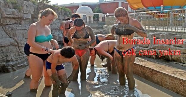 Ruslar, Alanya'da çamur banyosu ve köpük partisiyle stres attı