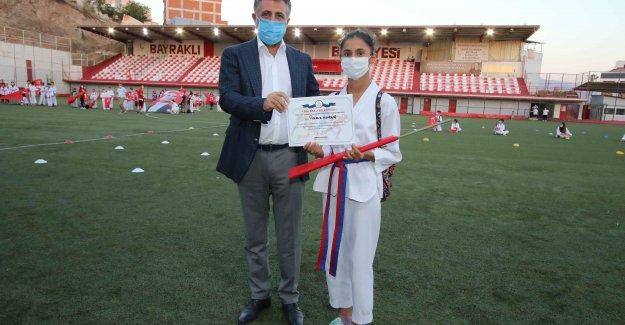 Spor kurslarına katılan çocuklar sertifika aldı