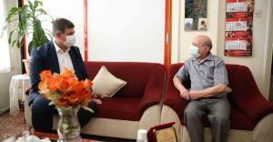 Başkan Tugay'dan 68 yıllık esnafa vefa