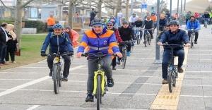 On kilometre bisiklet süren Tunç Soyer büyük coşkuyla karşılandı