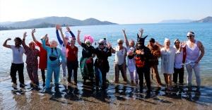 Yardıma muhtaç çocuklar için kostümlerle denize girdiler