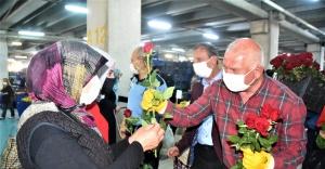 Başkan Karakayalı annelere gül dağıttı
