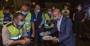 Başkan Soyer'den, yol yapımında çalışan işçilere baklava