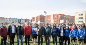 Batur'dan kadın futbolculara moral ziyareti