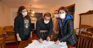 Depremzede çifte büyük annesinin evini açtı