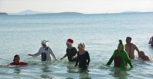 Didim'de sokak hayvanları için kış günü denize girdiler