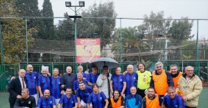Eski milli futbolcular Öğretmenler Günü nedeniyle gösteri maçı yaptı