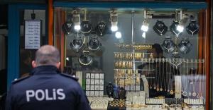 İzmir'de kuyumcu soygununda 2 kişi silahla yaralandı