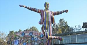 İzmir'deki renkli Atatürk heykeli kaldırıldı