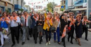 İzmir'de turuncu şenlik başladı