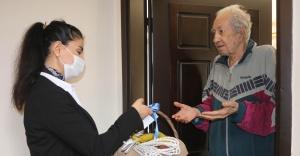 KONAK'TA 65 YAŞ VE ÜSTÜNE NOSTALJİK ARMAĞAN  Bayram hediyesi, 'balkon' sepeti