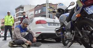 Manisa'da ehliyetsiz sürücü, kesilen trafik cezasını yola oturarak protesto etti