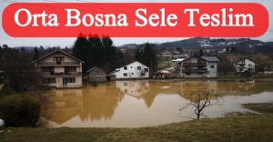 Orta Bosna'da yaşanan sel sonrası dramatik sahneler: Küreklerle, evlerden çamur çıkarılıyor