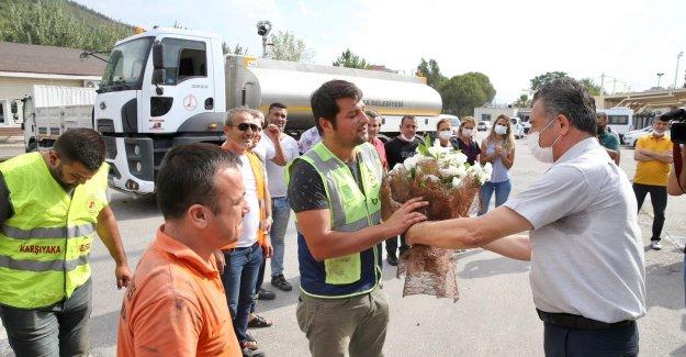 Yangına müdahale eden ekip çiçeklerle karşılandı