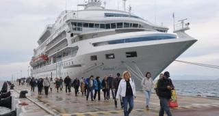 Kuşadası'na 2019'un son kruvaziyeri, 675 yolcusuyla yanaştı