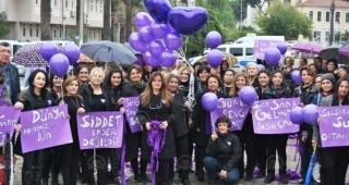 Ödemiş'te kadına şiddete karşı mor balon uçuruldu