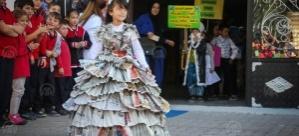 Atık malzemelerden hazırladıkları kostümlerle vatandaşları bilgilendirdiler